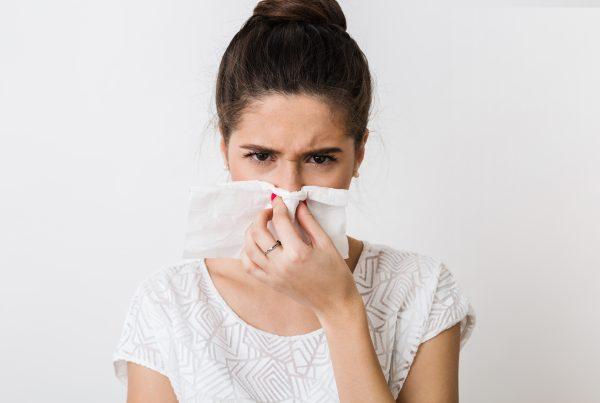 az allergia természetes gyógymódja - allergiás nő fújja az órrát