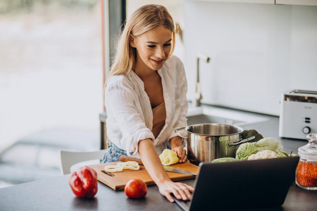 vegán étrend-kiegészítők - egy fiatal vegán nő receptet keres